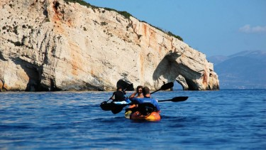 A trip in the blue caves with Kayak